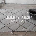 Панно из белой плитки и темной мозайки