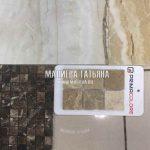 Сочетание темной и светлой мозайки с напольной плиткой в кухне